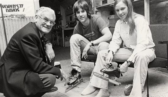 Jaap Havekotte met Eric en Beth Heiden die in de Viking-fabriek schaatsen passen
